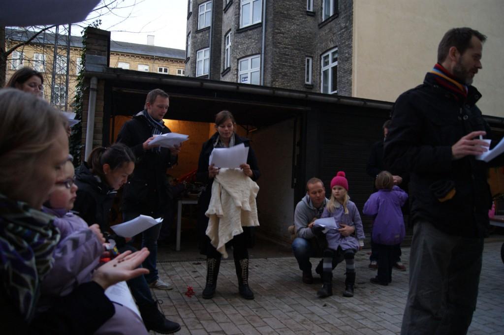 Alle synger julesang til juletraesfest 2011