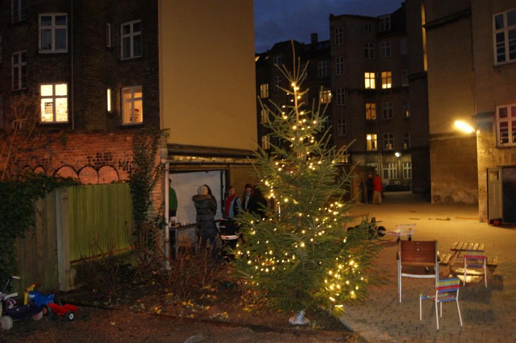Juletraeet 2011 lyser i skumringen