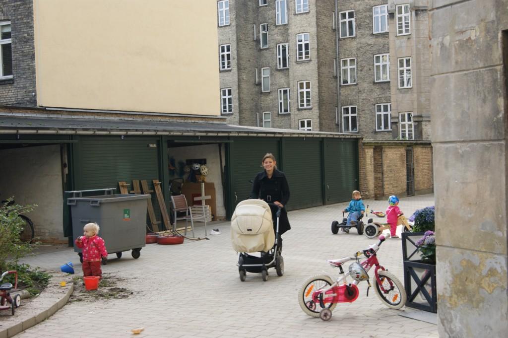 Der er meget aktivitet på en gårddag - cykler og barnevogn kommer frem.