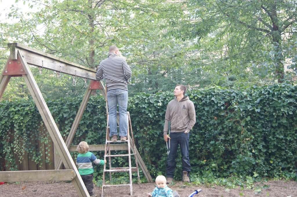 Så tages stigen i brug for en inspektion af toppen af gyngestativ.