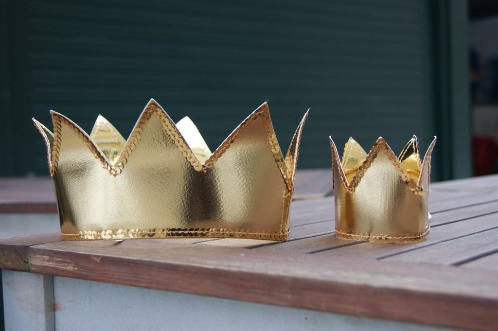 Smukke gyldne kroner venter på en kattekonge og en kattedronning