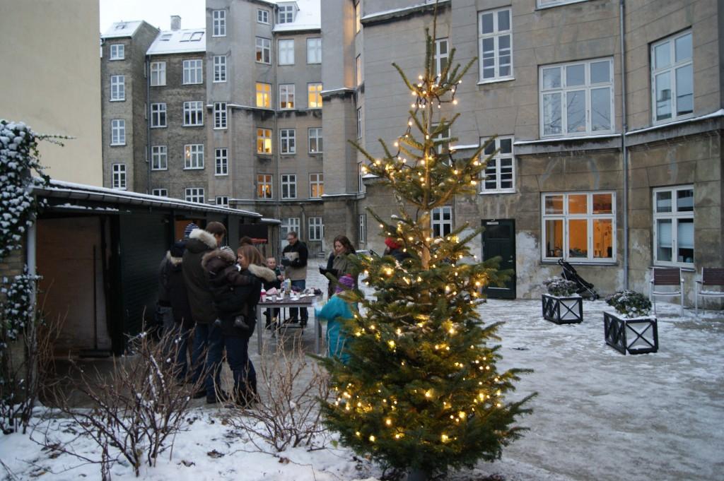 Juletræet lyser bag Solvej 2-4