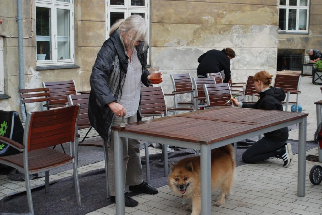 2 lakerer borde og stole.