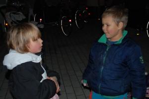 2 drenge snakker i gården