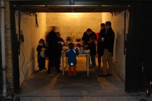Folk spiser æbleskiver i garagen hvor der er lys