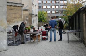 Folk arbejder og snakker i Østgården