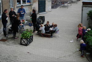 Voksne og børn spiser i Østgården